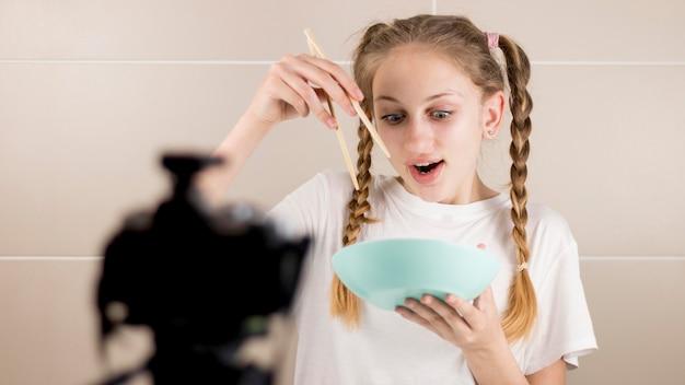 Tiro médio, menina, comer