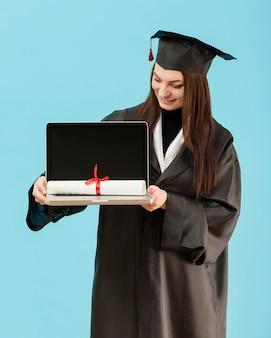 Tiro médio, menina, segurando laptop