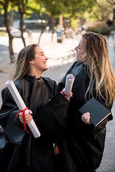 Tiro médio, meninas, sendo, alegre, em, seu, graduação
