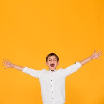 Tiro médio, menino, gritando, com, espaço cópia