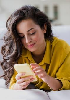 Tiro médio, morena, mulher, com, smartphone