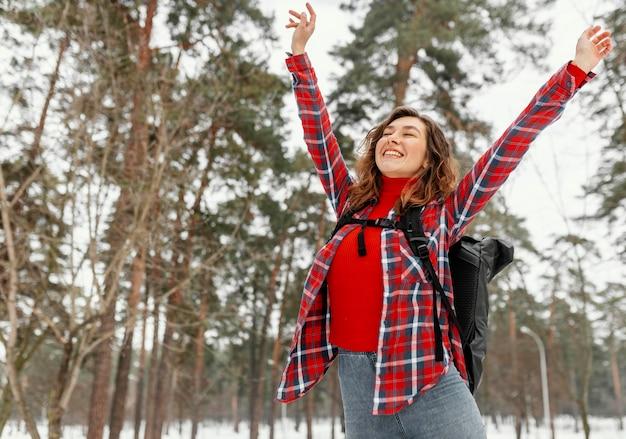 Tiro médio mulher animada ao ar livre