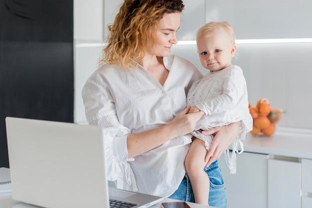 Tiro médio mulher com bebê pequeno