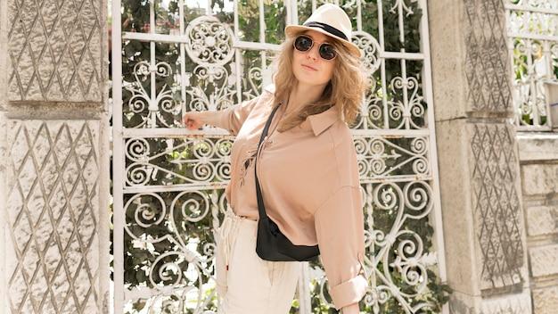 Tiro médio mulher com chapéu posando