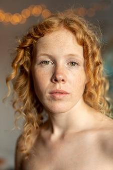 Tiro médio, mulher, com, freckles, posar