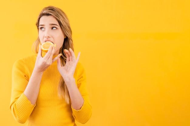 Tiro médio, mulher, comer, citrus