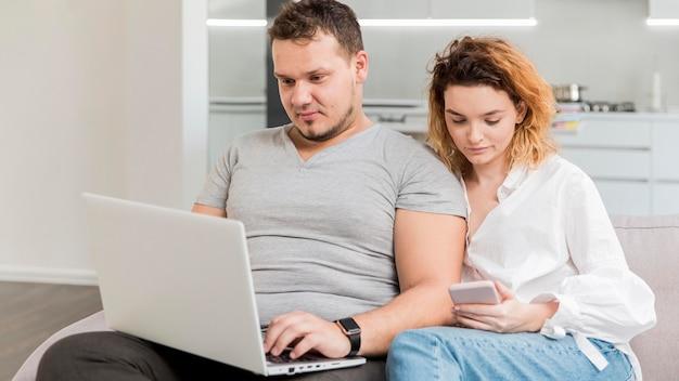 Tiro médio mulher e homem trabalhando