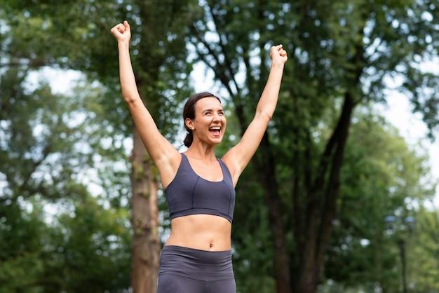 Tiro médio mulher expressando vitória