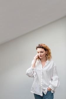 Tiro médio mulher falando no telefone