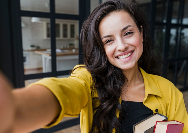 Tiro médio mulher feliz tirando uma foto