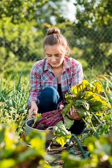 Tiro médio mulher jardinagem
