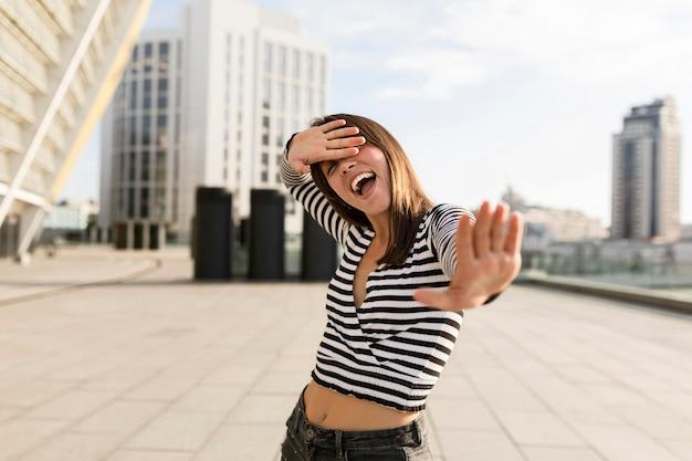 Tiro médio mulher olhando feliz ao ar livre