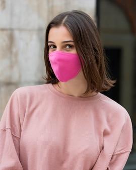 Tiro médio mulher posando com máscara