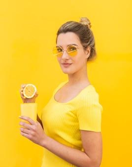 Tiro médio, mulher segura, limonada