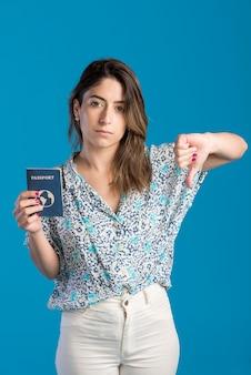 Tiro médio, mulher segura passaporte