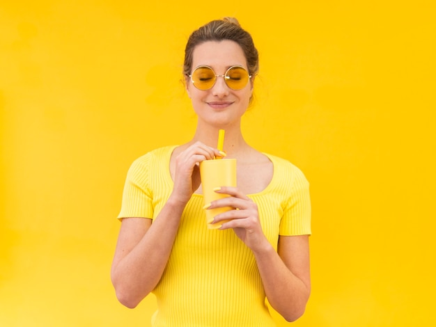 Tiro médio, mulher segura, vidro Foto gratuita