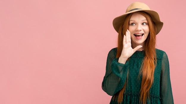 Tiro médio mulher sorridente com cópia espaço