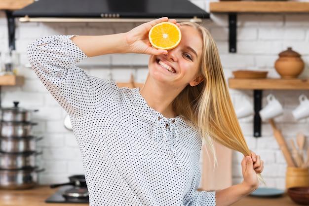 Tiro médio mulher sorridente com meia laranja
