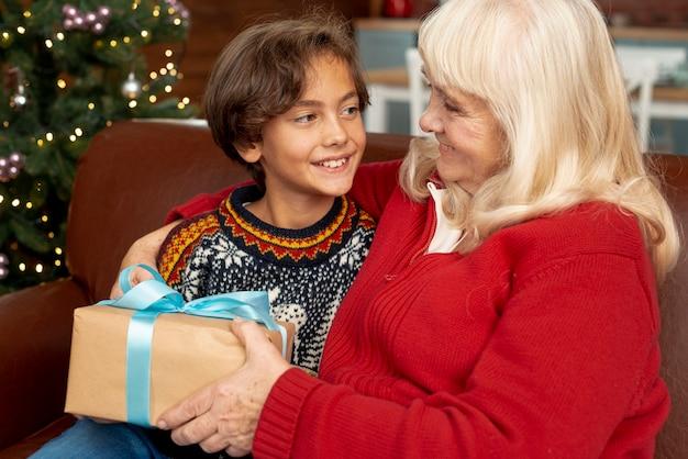 Tiro médio neto feliz olhando para a avó