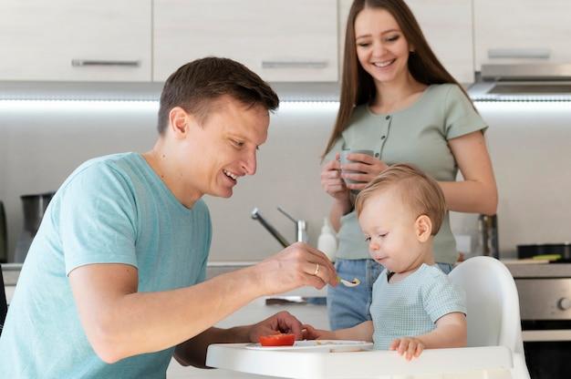 Tiro médio pai alimentando criança