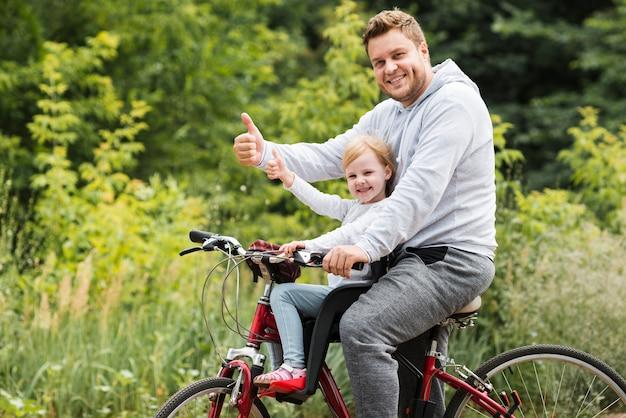 Tiro médio, pai filha, ligado, bicicleta