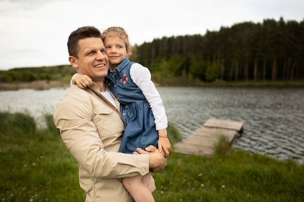 Tiro médio pai segurando filho