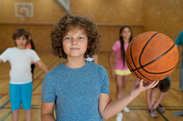 Tiro médio para crianças com bola de basquete