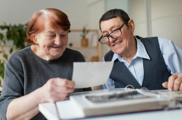 Tiro médio para idosos lendo nota