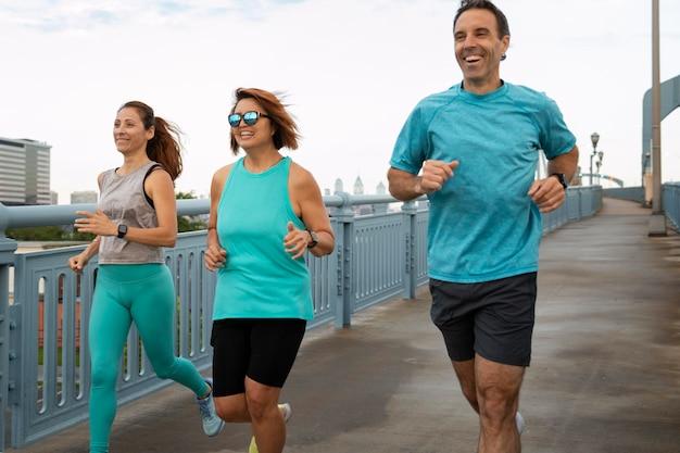 Tiro médio pessoas correndo ao ar livre