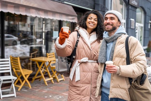 Tiro médio pessoas felizes ao ar livre