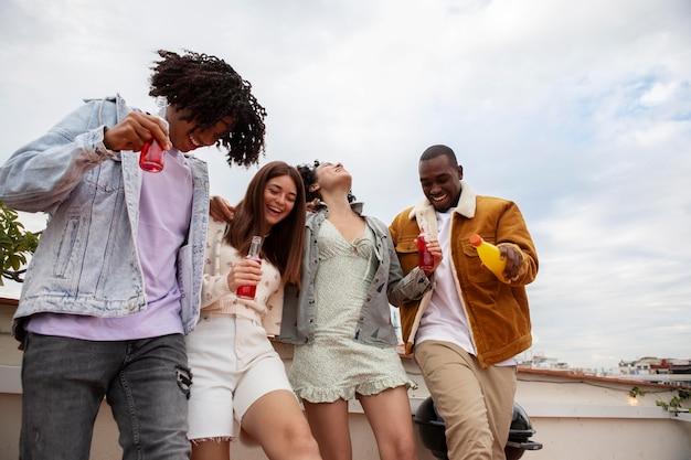 Tiro médio pessoas felizes festejando juntas