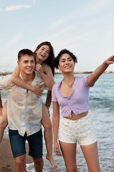 Tiro médio pessoas felizes no mar