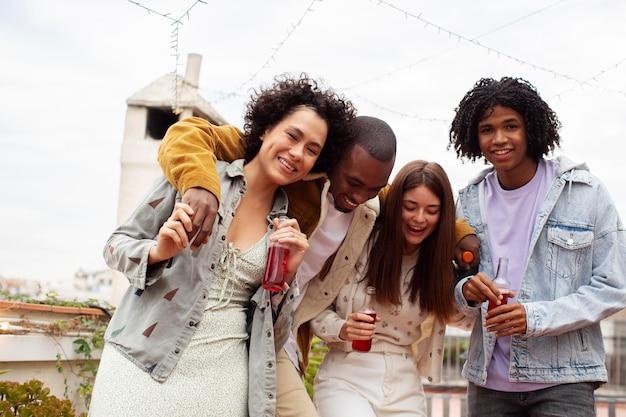 Tiro médio pessoas festejando juntas