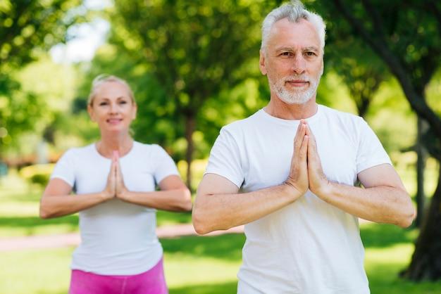 Tiro médio, pessoas velhas, meditar