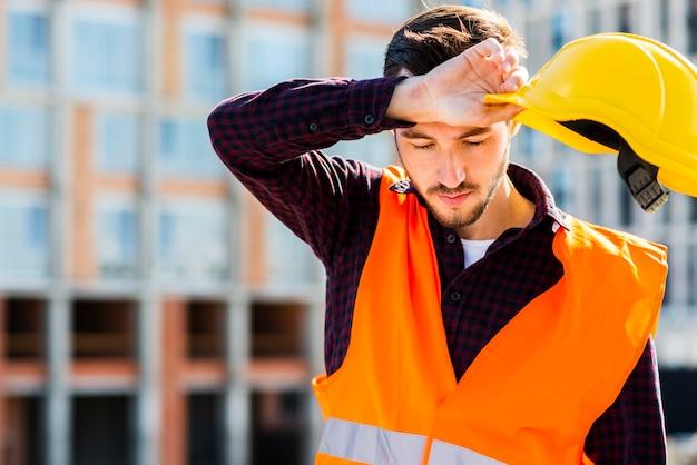 Tiro médio, retrato, de, cansado, trabalhador construção