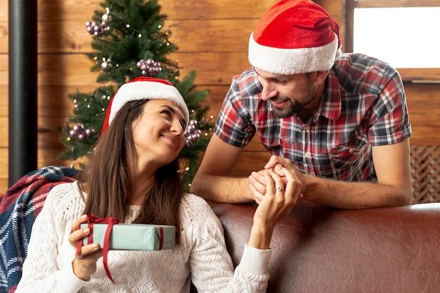 Tiro médio, segurando as mãos do marido