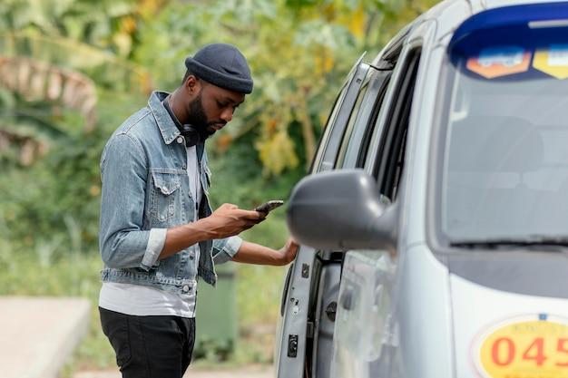 Tiro médio segurando smartphone