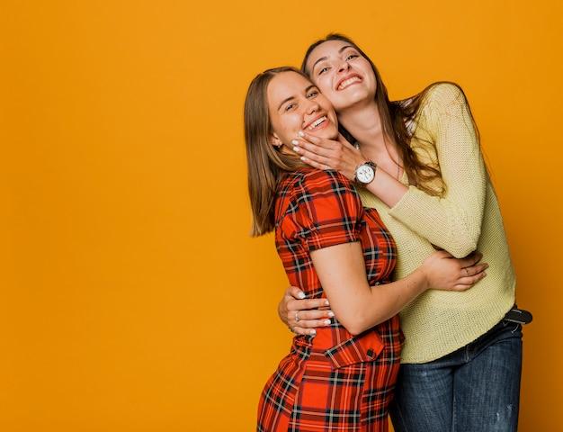 Tiro médio smiley girls com cópia-espaço