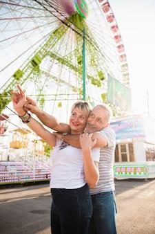 Tiro médio sorridente casal apontando algo