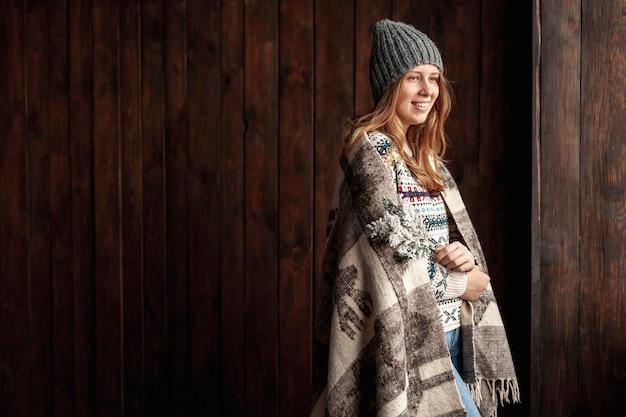 Tiro médio sorridente do smiley com cópia-espaço e cobertor