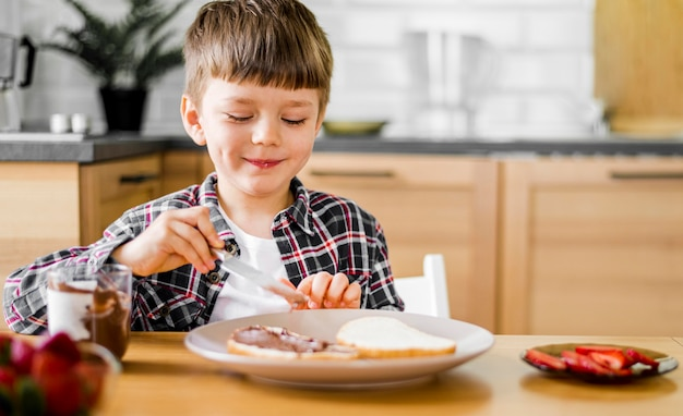 Tiro médio sorridente garoto com comida