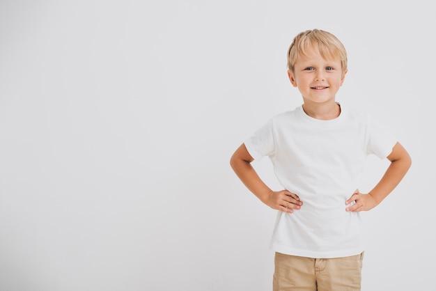 Tiro médio sorridente menino com espaço de cópia