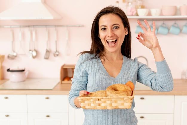 Tiro médio sorridente mulher mostrando aprovação