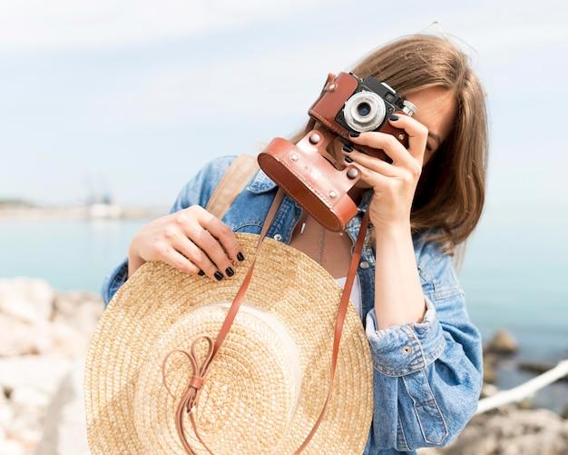 Tiro médio turista tirando fotos