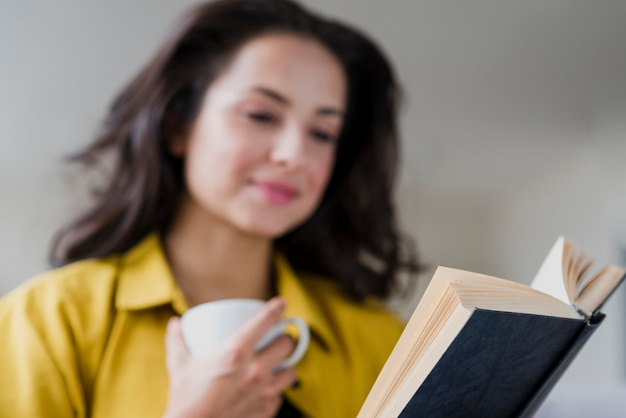 Tiro médio turva mulher lendo