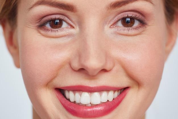 Tiro na cabeça da mulher bonita sorridente