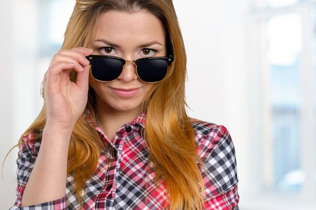 Tiro na cabeça de mulher usando óculos escuros