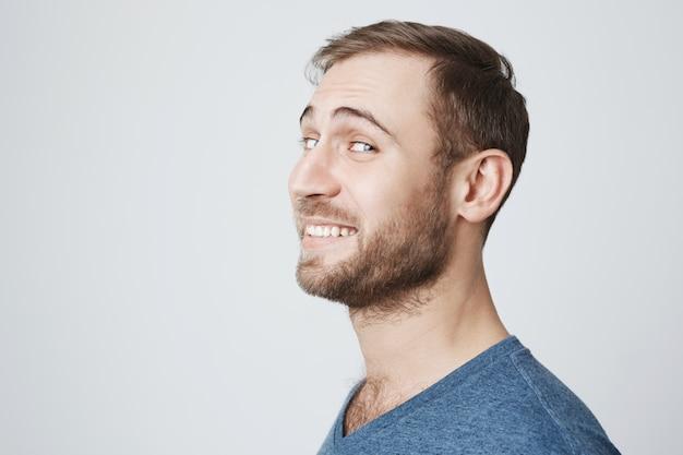 Tiro na cabeça do homem feliz sorridente virar câmera de rosto