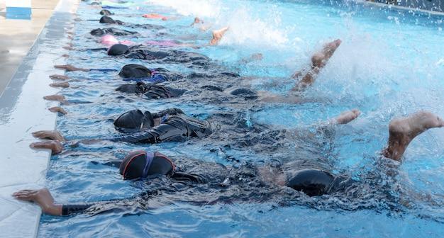 Tiro perna, de, criança, em, piscina, classe, aprendizagem, para, nade