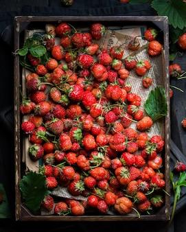 Tiro vertical closeup de um monte de morangos